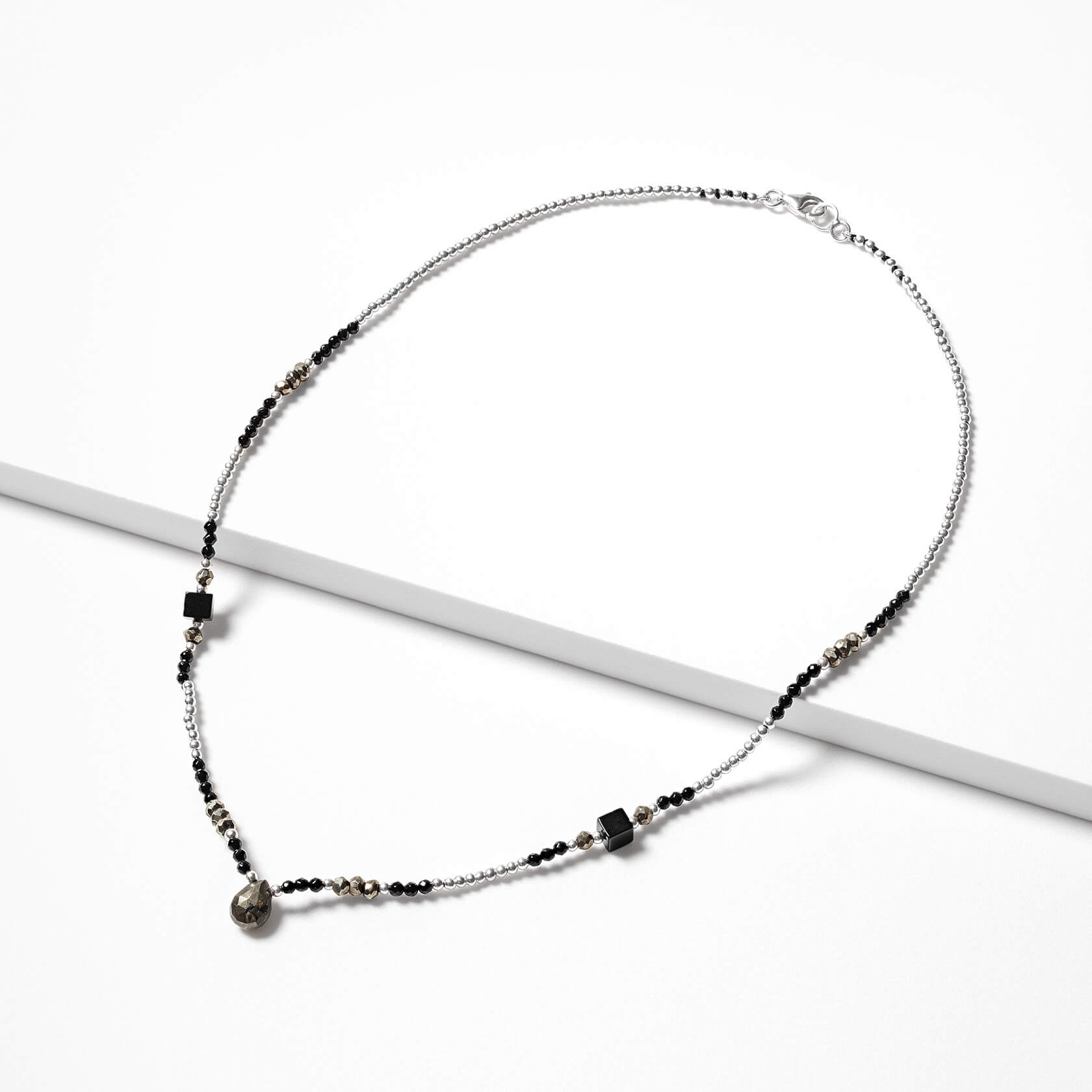 Onyx and muscovite short necklace marybola